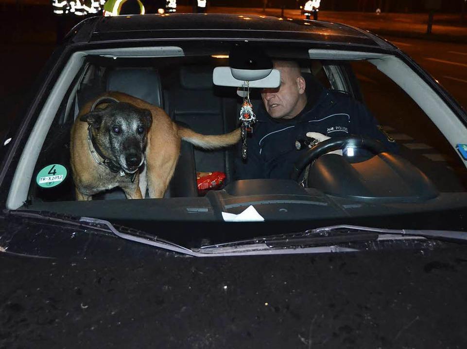 Die Polizei setzte auch Hunde ein, die auf Rauschgift spezialisiert sind.  | Foto: Felix Lieschke