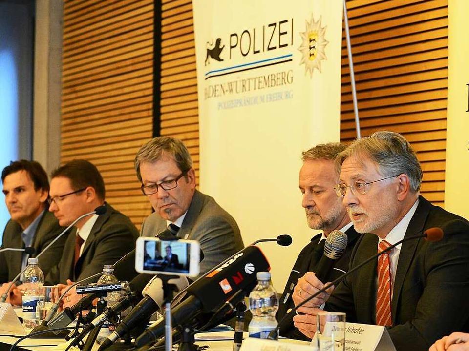 Auf einer Pressekonferenz präsentieren die Ermittler ihre Ergebnisse.  | Foto: Rita Eggstein