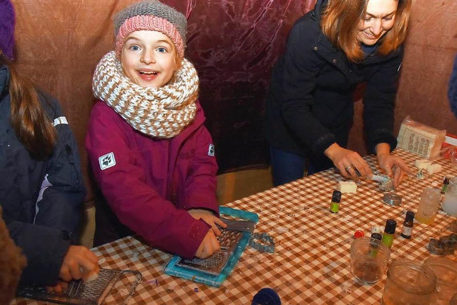 Am Weihnachtsmarkt konnten Kinder Seife kneten - ein Angebot des Fördervereins der Johann-Peter-Hebel-Grundschule. (Foto: Andrea Steinhart)