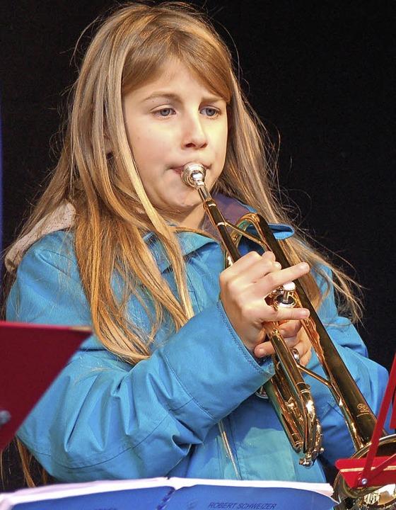 Der Nachwuchs der Jugendmusikschule spielte Weihnachtslieder.    Foto: Hildegard Siebold