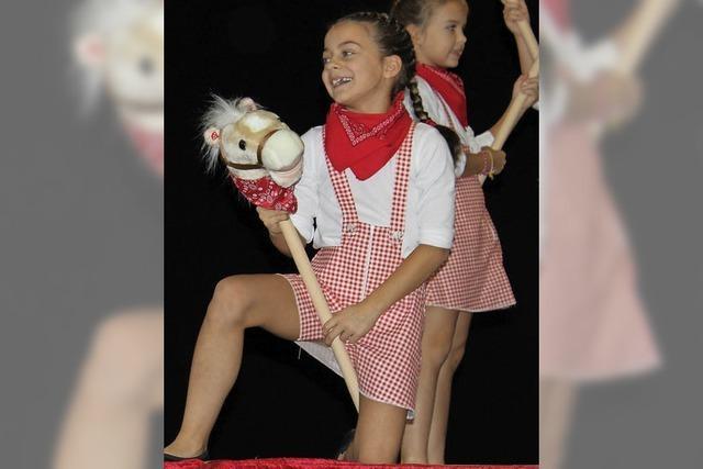 Tänzerinnen mit Steckenpferden begeistern Senioren
