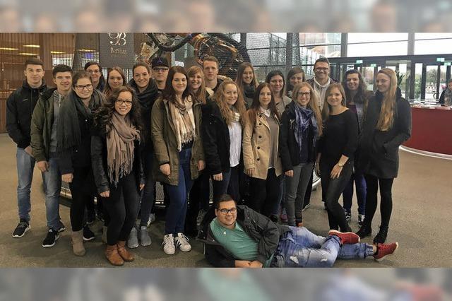 Kaufmännische Schüler lernen von Daimler