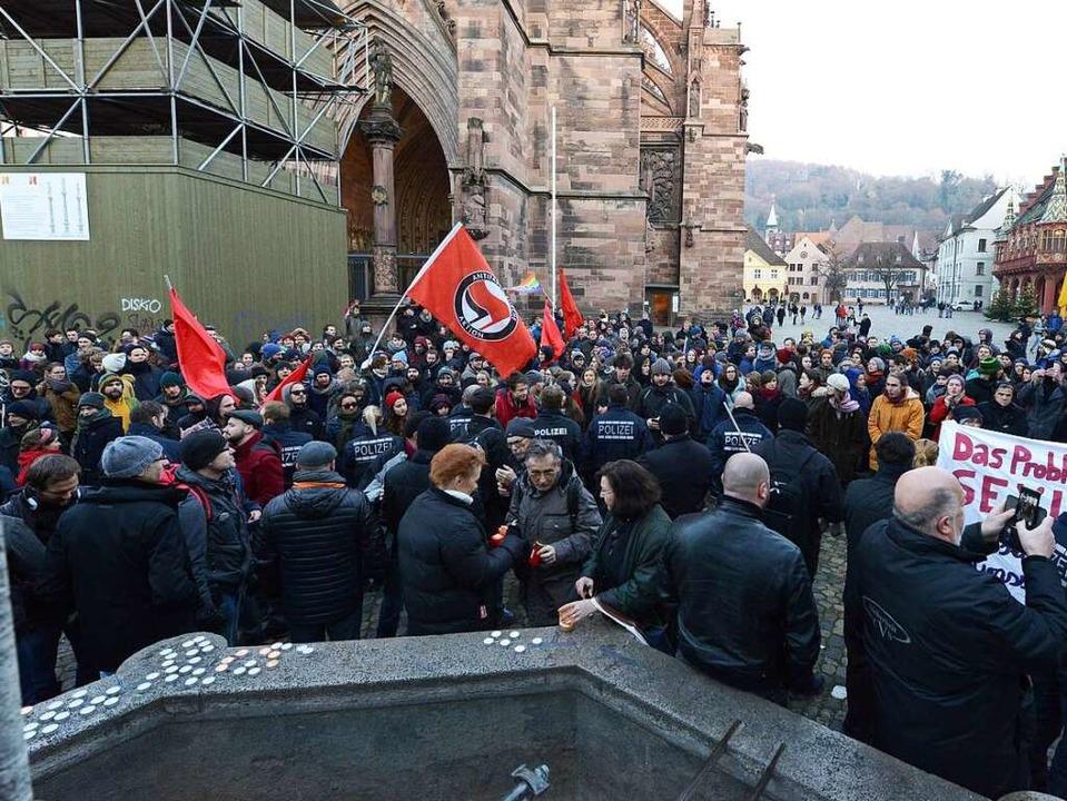Gegen die Merkelsche Politik demonstri...sich 300 Gegendemonstranten gegenüber.  | Foto: Rita Eggstein