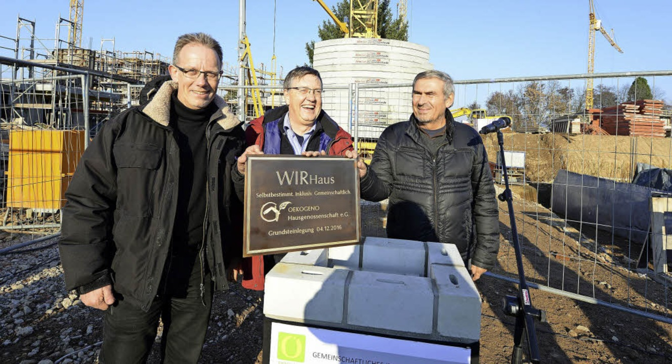 Bauleiter Uwe Ilgemann, der zukünftige...r (von links) bei der Grundsteinlegung  | Foto: Rita Eggstein