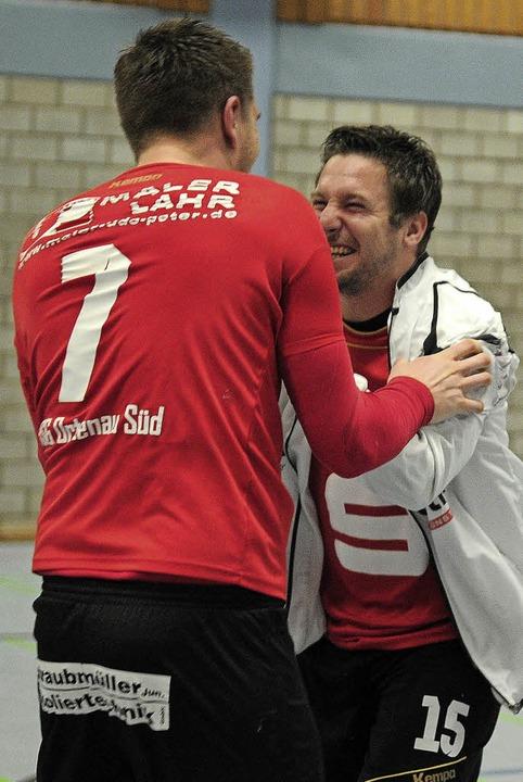 <BZ-FotoAnlauf>HSG Ortenau Süd:</BZ-Fo...in Eble freuen sich über einen  Sieg.   | Foto:   SchalleR