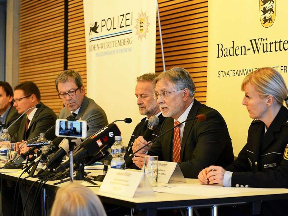 Polizisten und der Staatsanwalt berich...esse von ihren Ermittlungsergebnissen.  | Foto: Rita Eggstein