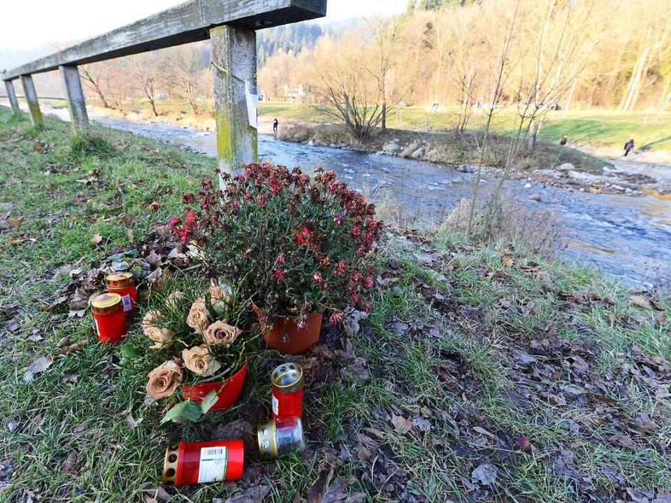 Blumen am Tatort in Höhe des Freiburge...entin vergewaltigt und ermordet wurde.  | Foto: Rita Eggstein