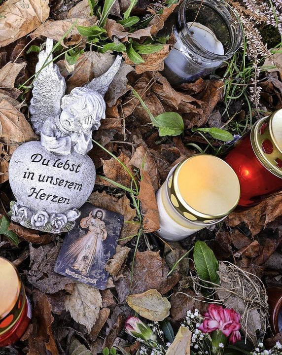 An der Dreisam brennen Kerzen für Maria L.  | Foto: Rita Eggstein