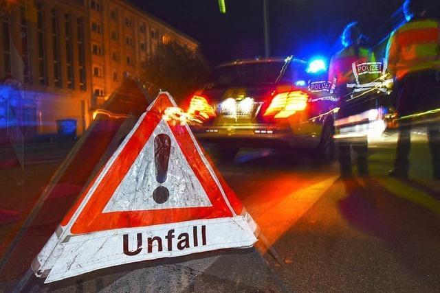 Auto überschlägt sich nach Unfall auf Kreuzung