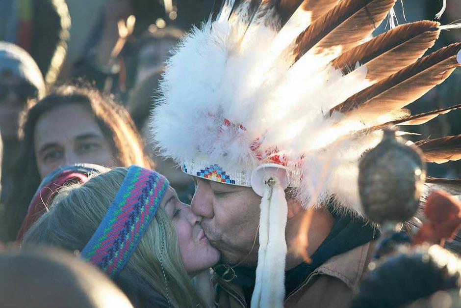 Sioux-Indianer und Aktivisten erklären den Sieg über die Dakota-Access-Pipeline. Ausgelassen feiern sie den Baustopp, der am Sonntag vom US Army Corps of Engineers verkündet wurde. Seit Monaten hatten sie gegen das Projekt protestiert. (Foto: AFP)