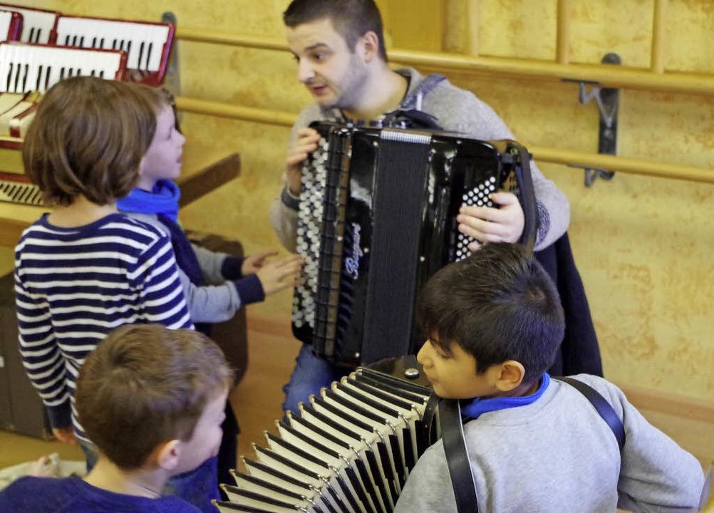 Nenad Ivanovic zeigte den Kindern, wie...s einem Akkordeon Töne herausbekommt.   | Foto: Katharina Bächle