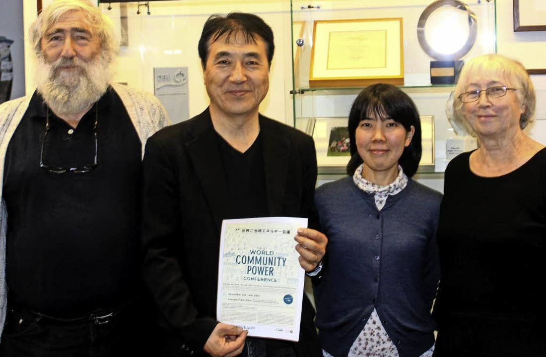 Michael Sladek mit den japanischen Gäs...azaki sowie Ursula Sladek (von links)     Foto: Fabry