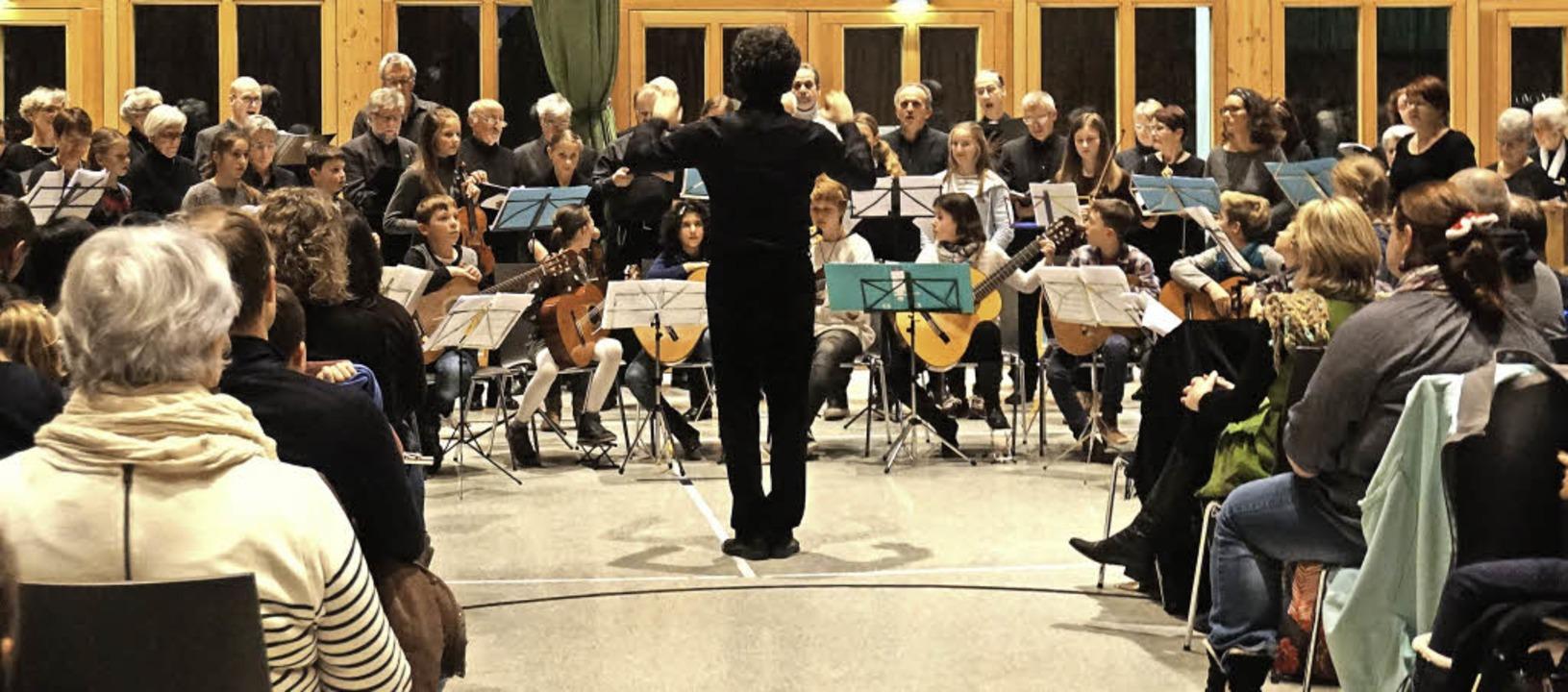 Bernhard Schmidt mit seinem Kammerchor...kschule beim Konzert in der Festhalle   | Foto: Stella Kaltenbach