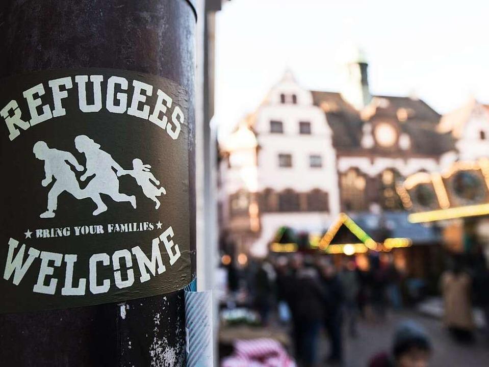 Immer noch willkommen? Aufkleber an ei...urger Weihnachtsmarkt vor dem Rathaus   | Foto: dpa