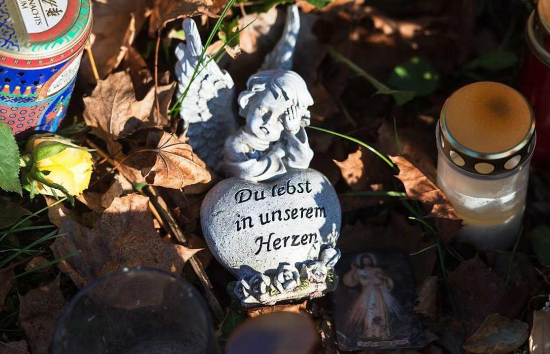 Am Tatort an der Dreisam haben Mensche..., Kerzen und kleine Andenken abgelegt.  | Foto: dpa