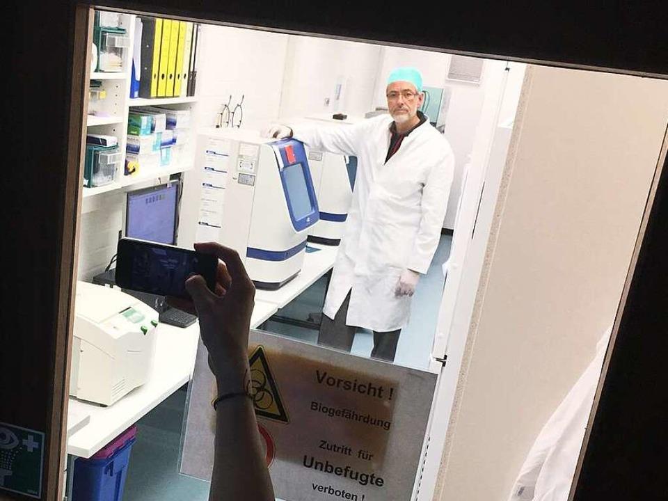 Fototermin im Labor: Molekulargenetiker Gerhard Bäßler  | Foto: Patrik Müller
