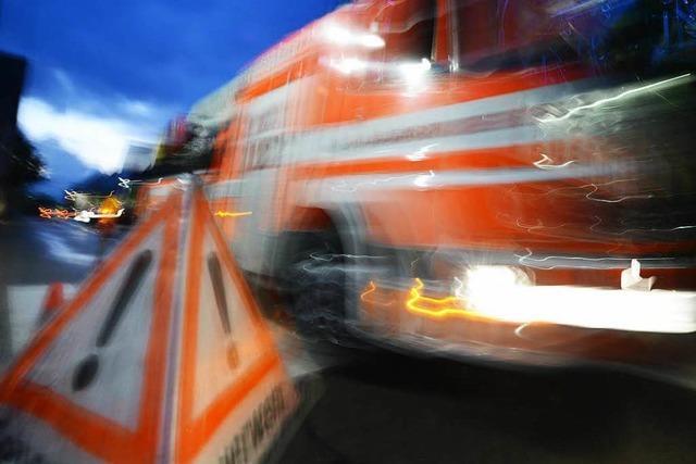 Transporter bei Unfall im Gewerbegebiet umgekippt