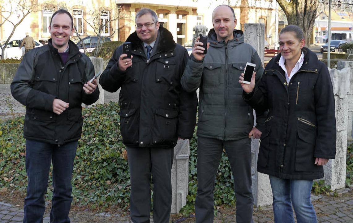 Freuen sich über den neuen WLAN-Zugang...nna Steinkopf von der Tourismus GmbH.   | Foto: Nino Betz