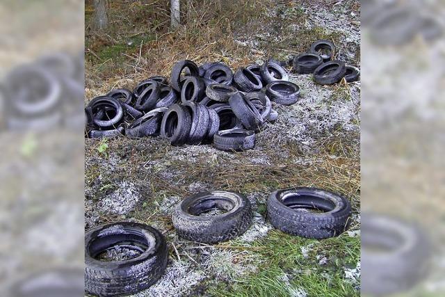 60 Reifen illegal am Parkplatz entsorgt