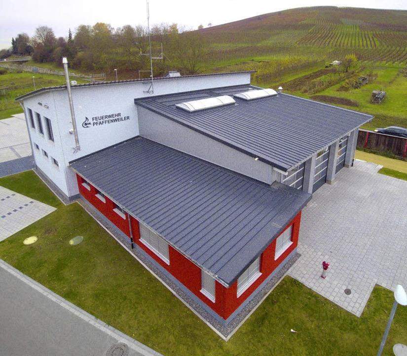 Das  Feuerwehrgerätehaus von außen  un...nd Dominik Scherer in der Funkzentrale  | Foto: Saurer / Ruth