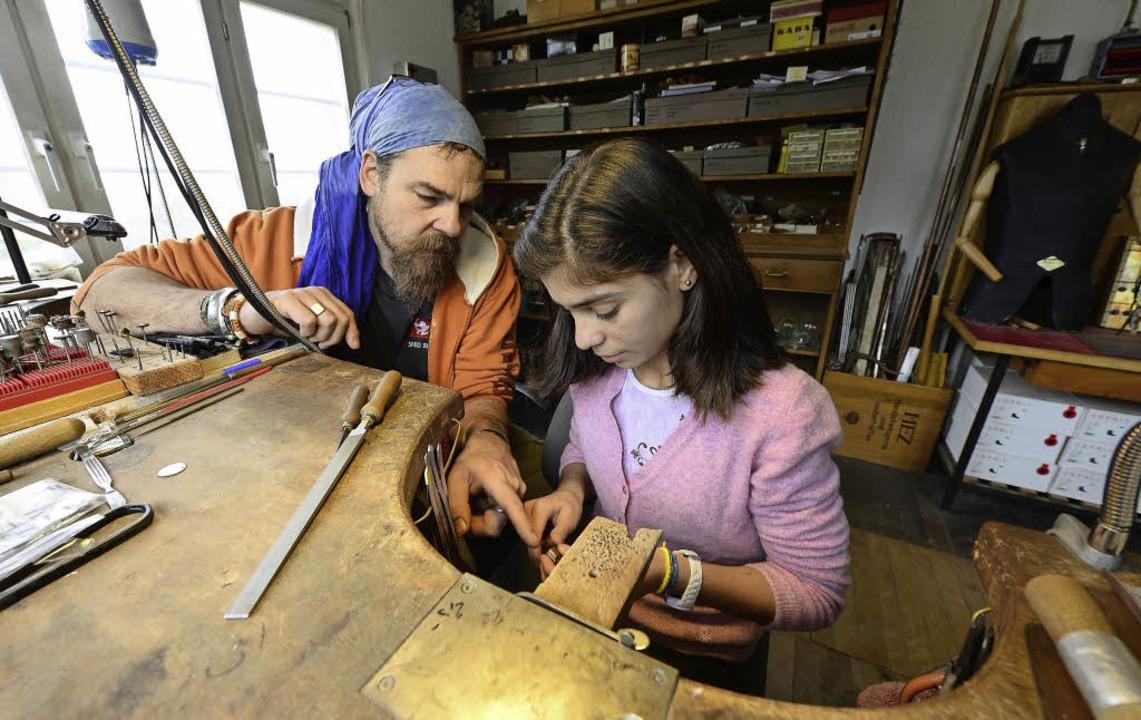 Goldschmied Herwarth Malzy gibt der 16...ssern sich auch ihre Sprachkenntnisse.  | Foto: Ingo Schneider