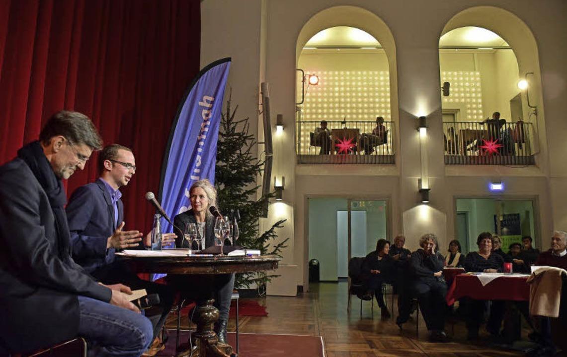 Bettina Schulte, Ármin Langer und Josef Mackert (von rechts) im Gespräch   | Foto: Thomas Kunz