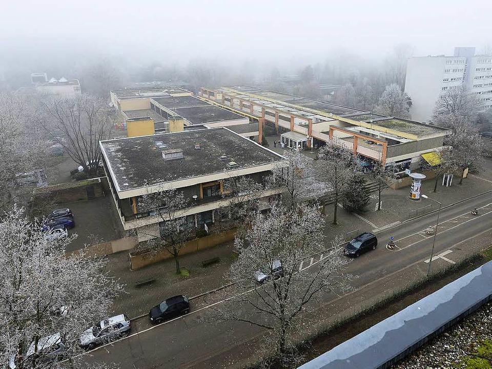 Unerträglicher Zustand: Das Einkaufszentrum in Landwasser ist marode.  | Foto: Ingo Schneider