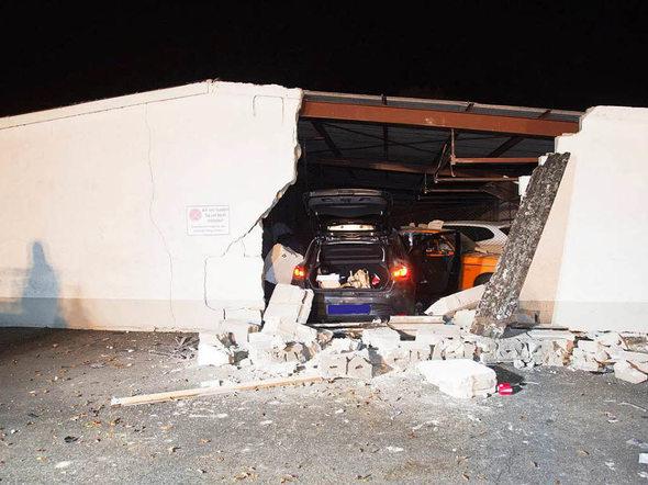 m llheim verkehrsunfall frau rast mit ihrem auto in die au enwand einer garage badische. Black Bedroom Furniture Sets. Home Design Ideas