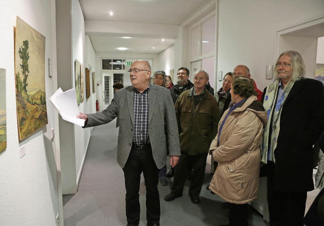 Walter Caroli führt durch die Ausstellung.   | Foto: Christoph Breithaupt
