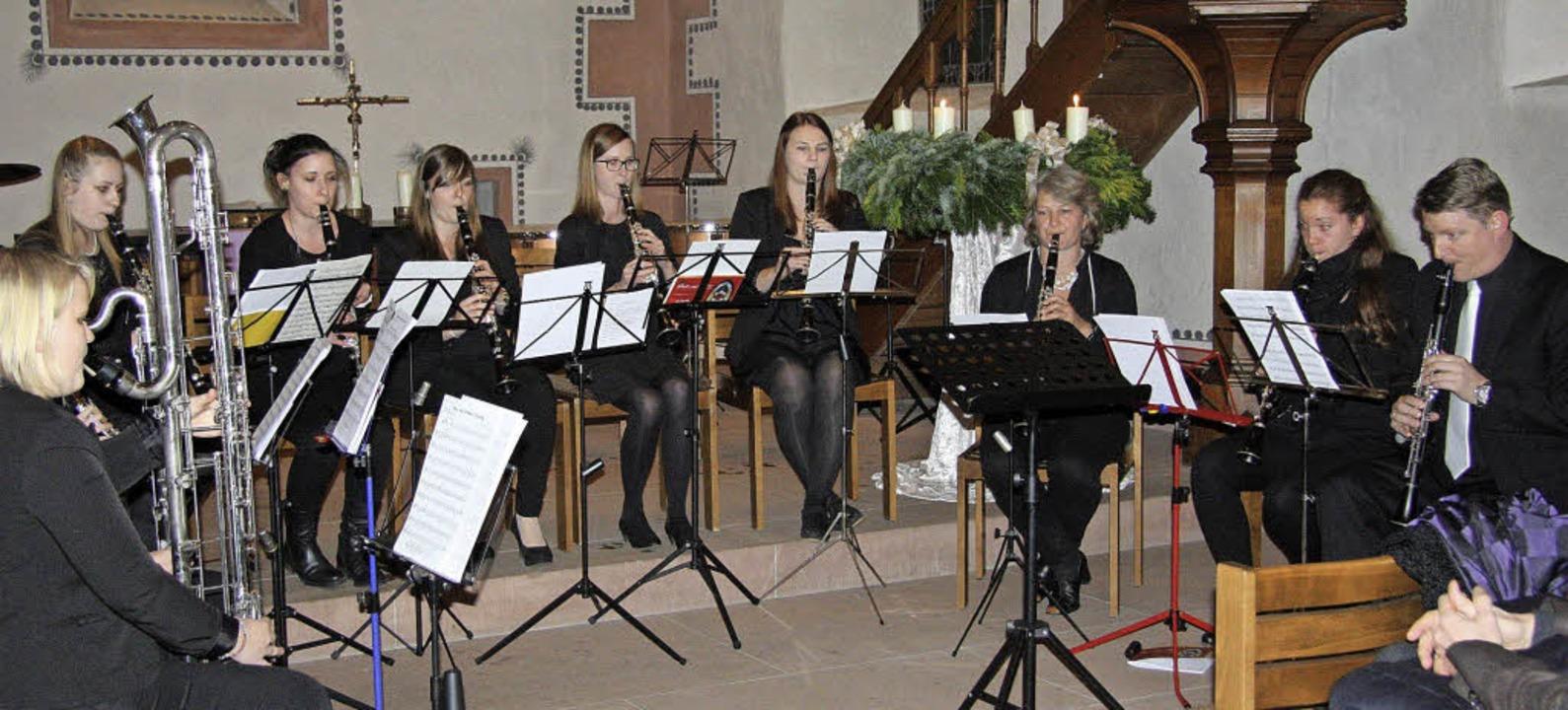 Die Wollbacher Musiker  beim Finale des Lions-Benefizkonzerts in der Dorfkirche  | Foto: BRONNER