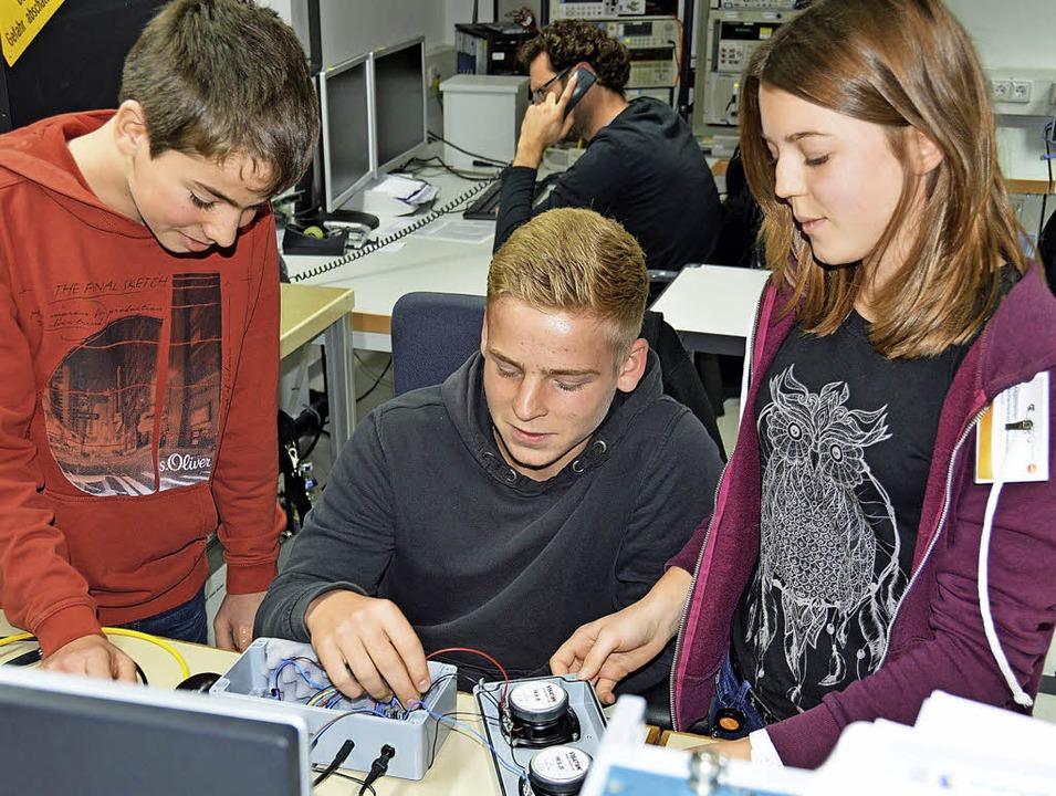 Für Lea, Silas und Roman war es bei Testo spannend,  MP3-Verstärker zu testen.    Foto: Gerhard Lück