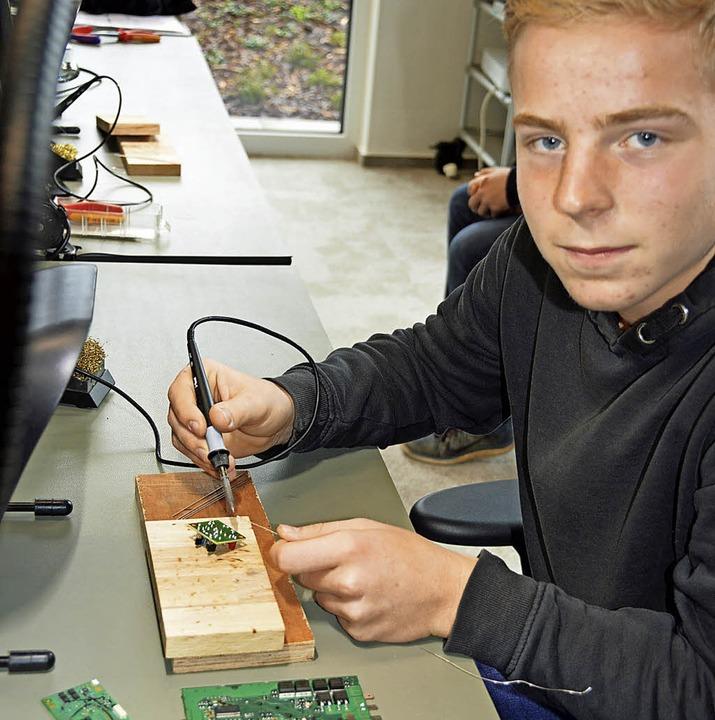 Bei  FSM lernte Silas Schweizer das Lö...Lautsprecher, Kabel und Schaltungen.      Foto: Gerhard Lück