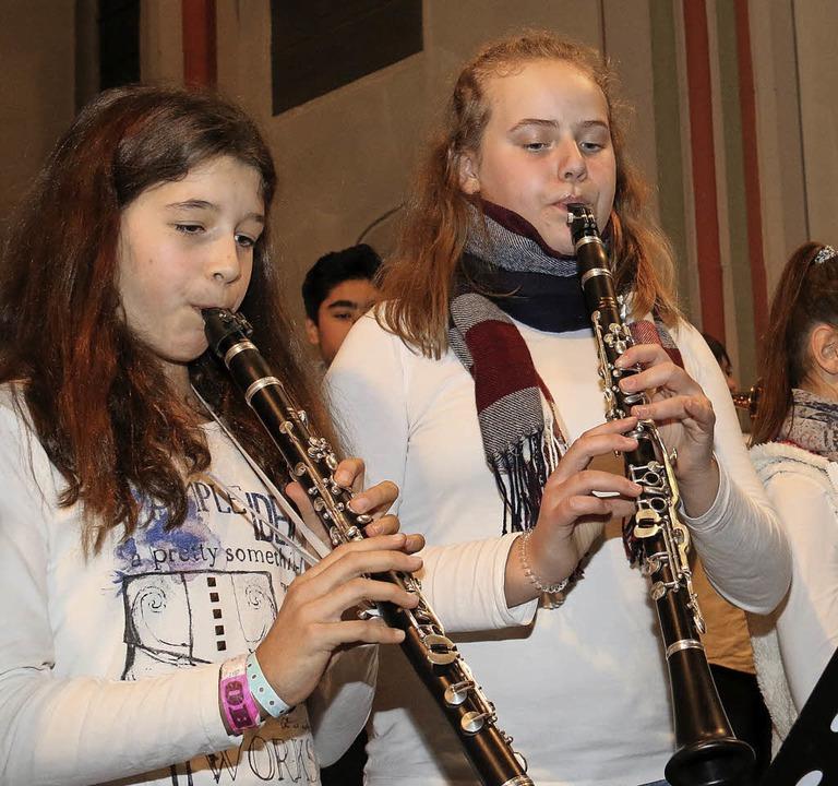 Auch die Bläserklasse 6a/b wirkte beim Konzert mit.  | Foto: Dagmar Barber