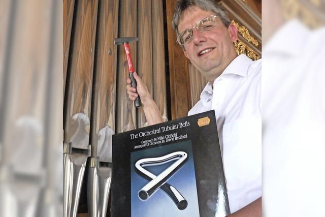 Mit dem Hammer an der Kirchenorgel