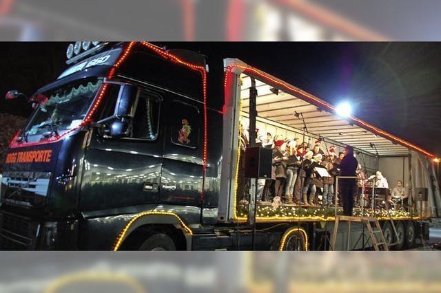 Chor entert den Christmas Truck