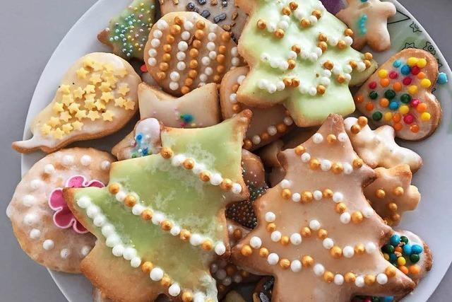Weihnachtlich verzierte Butterplätzchen
