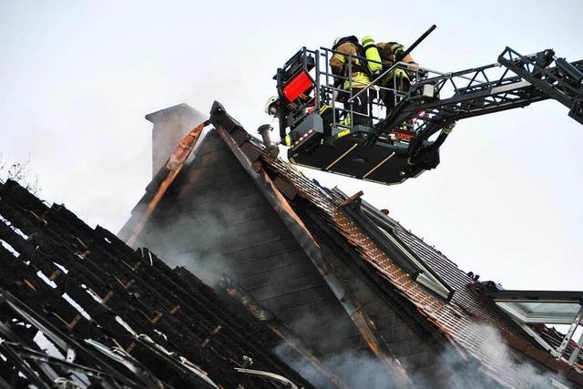 Scheunenbrand in Merzhausen: Löscharbeiten auch am Sonntag