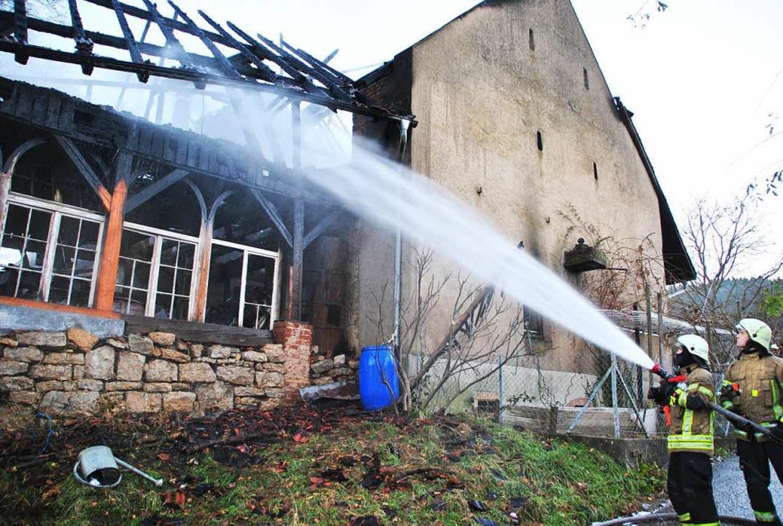 Das Feuer brach in der Scheune (rechts...ste auch einen angrenzenden  Schuppen.  | Foto: Manfred Frietsch