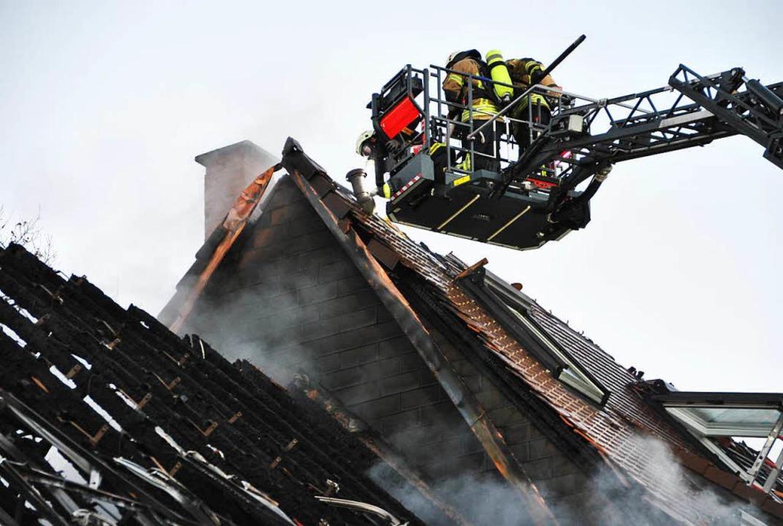 Vom Dach der Scheune (links) fraß sich...achstuhl des Wohnhauses (rechts) fort.  | Foto: Manfred Frietsch
