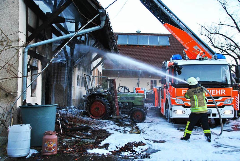 Die Löscharbeiten bei den Glutnestern ...wurde erneut massiv Wasser eingesetzt.  | Foto: Manfred Frietsch