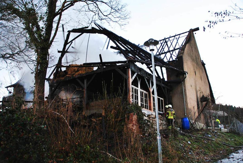 Die ausgebrannte Scheune. Aus dem glim...nntagvormittag immer wieder Rauch auf.  | Foto: Manfred Frietsch