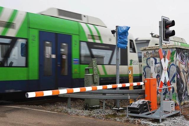 Bahnmitarbeiter steuert aus einem Kabuff heraus die Schranke