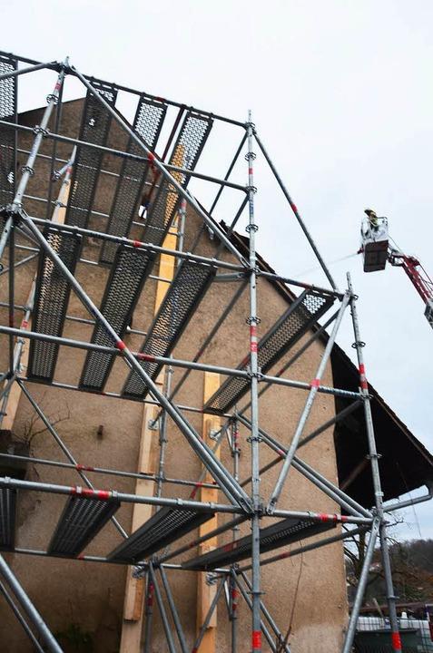 Das vom THW errichtete Gerüst sichert ...e Drehleiter aus Haslach zum Eisnsatz.  | Foto: Manfred Frietsch