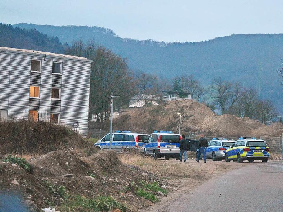 Vier der insgesamt elf Einsatzwagen der Polizei halten vor der Unterkunft.   | Foto: Ralph Fautz