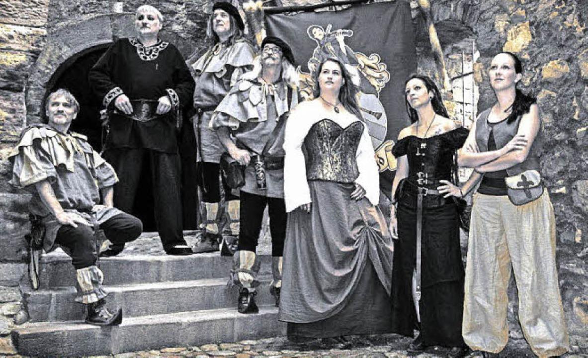 Die Spielleute von Skadefryd in ihren typischen mittelalterlichen Gewändern.  | Foto: Privat