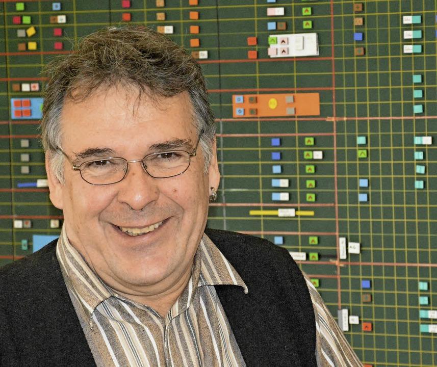 Bernhard Nopper vor der Stundenplantafel der Rheinschule     Foto: Lauber