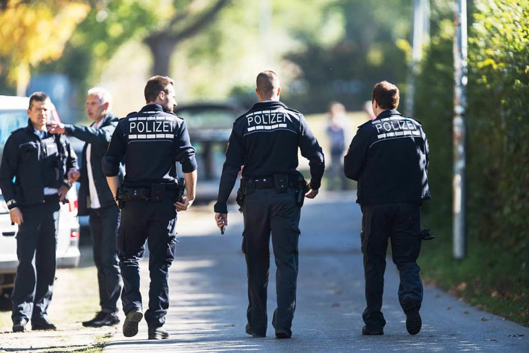 Polizeibeamte am Tatort der ermordeten Studentin an der Dreisam. (Archivbild)  | Foto: dpa