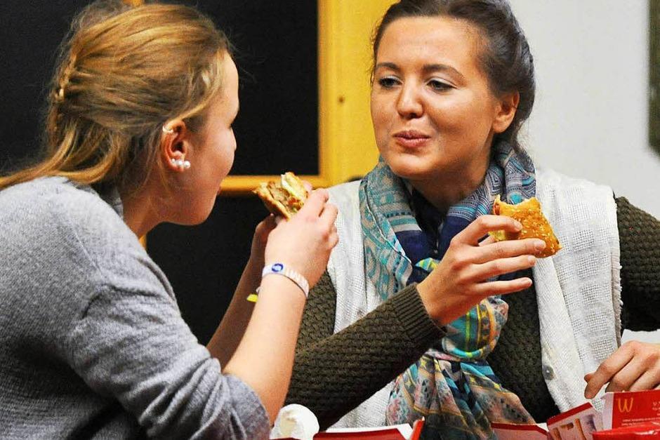 Helga (Sarah Berger) kommt zur Einsicht und genießt einen Burger mit Tochter Sophie (Nicole Friedrich). (Foto: Wolfgang Scheu)