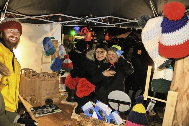 Auf dem Weihnachtsmarkt präsentieren lokale Kunsthandwerker ihre Waren