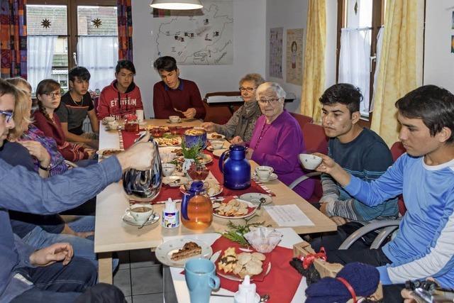 Junge unbegleitete Flüchtlinge lernen die Bedeutung der Adventszeit kennen